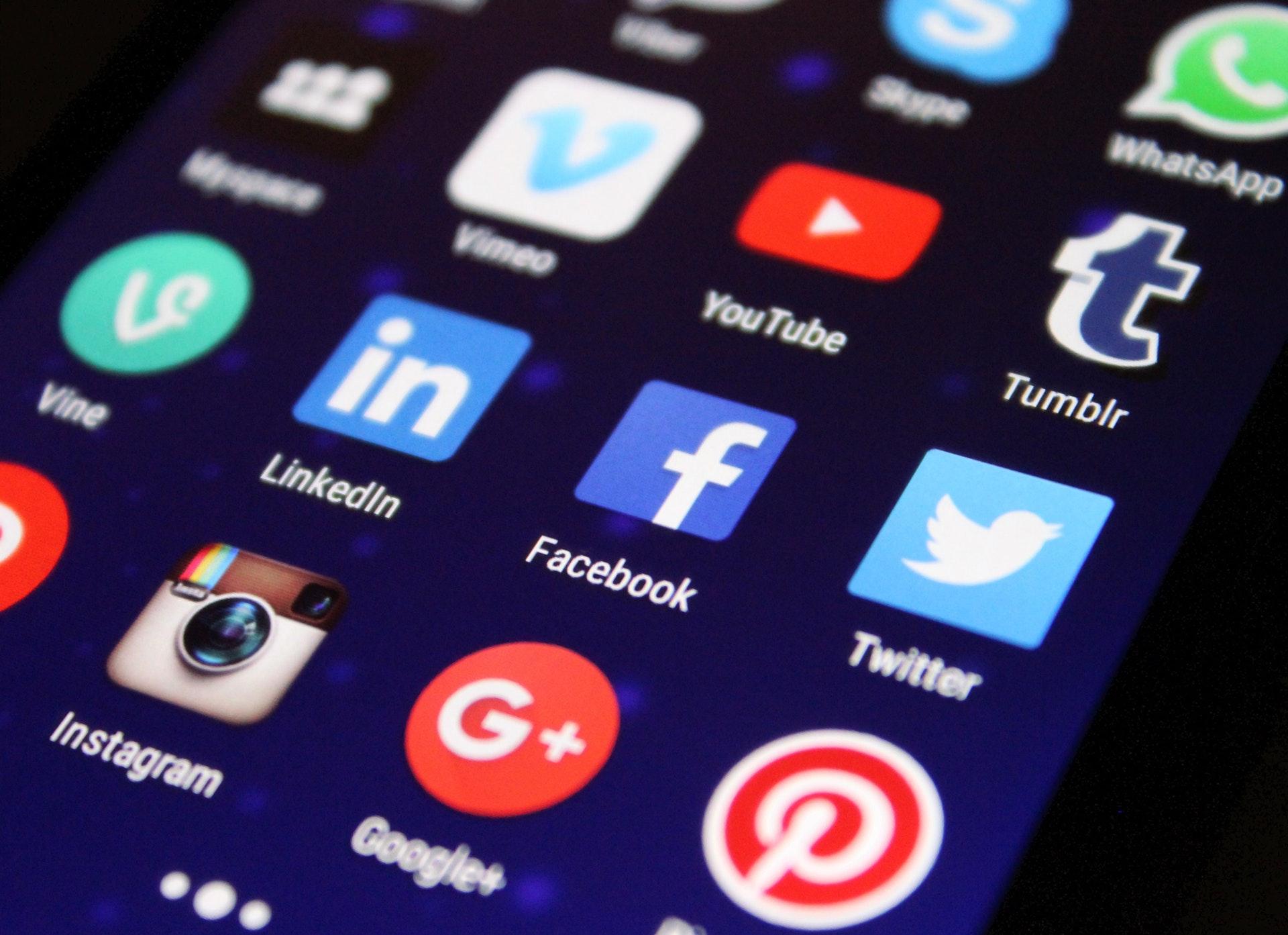 Kuva sosiaalisen median sovelluksista, kotisivujen merkitys yritykselle.